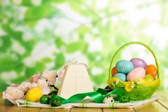 El postre del queso de Pascua, huevos de Pascua en cesta y acerca, las flores, imagen de archivo