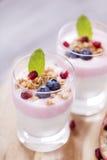 El postre delicioso, escamas inundó en yogur de dos sabores con azul fotos de archivo libres de regalías