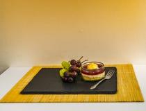 El postre dulce de la fresa en un tarro de fruta en una piedra negra plat Fotografía de archivo libre de regalías