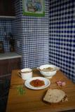 El postre italiano de la papaya del risotto del arroz moreno de la sopa del tomate sirvió en platos y pan chinos de porcelana foto de archivo