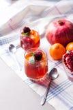 El postre repartido de la fruta en vidrio ahueca el kremankah - gelatine con la fruta y la menta, bocado bajo en calorías del ver fotos de archivo