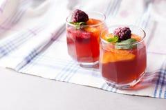 El postre repartido de la fruta en vidrio ahueca el kremankah - gelatine con la fruta y la menta, bocado bajo en calorías del ver fotos de archivo libres de regalías