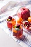 El postre repartido de la fruta en vidrio ahueca el kremankah - gelatine con la fruta y la menta, bocado bajo en calorías del ver foto de archivo libre de regalías