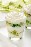 El postre sano del yogur con la fruta de kiwi, se gelifica y bate en vidrio Imágenes de archivo libres de regalías