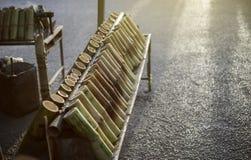 El postre tailandés, arroz pegajoso asó en las juntas de bambú, arroz pegajoso empapado en leche de coco y cocido en una longitud fotos de archivo libres de regalías