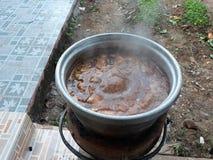 El pote caliente de la sopa guisó los huevos y el cerdo guisados imagen de archivo