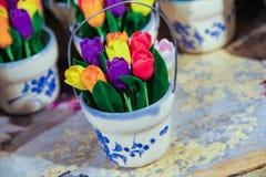 El pote de tulipanes Fotos de archivo libres de regalías