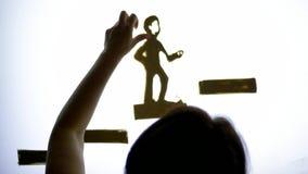 El potencial personal, manos del hombre dibuja una animación con la arena de la ayuda en la pantalla con la iluminación