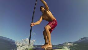 El POV se levanta a la persona que practica surf de la paleta almacen de metraje de vídeo
