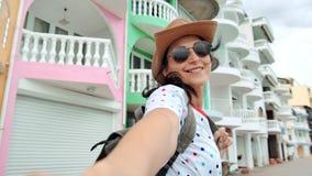 El POV tiró a la mujer turística sonriente que llevaba a cabo la mano masculina que caminaba en la calle de la ciudad que disfrut metrajes