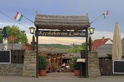 El pozo adornó el café tradicional en Tihany, Hungría Fotos de archivo libres de regalías