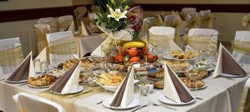El pozo adornó la comida en una tabla Foto de archivo libre de regalías