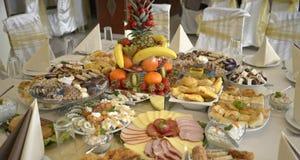 El pozo adornó la comida en una tabla Imagen de archivo