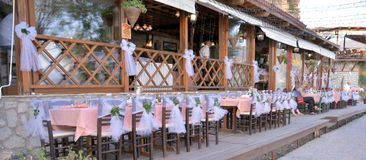 el pozo adornó la tabla de la boda en restaurante en el ohrid Macedonia Imágenes de archivo libres de regalías