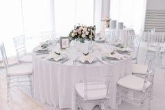 El pozo adornó la tabla numerada huésped en pasillo tenderless de la boda Imagenes de archivo