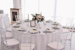 El pozo adornó la tabla numerada huésped en pasillo tenderless de la boda Imagen de archivo libre de regalías