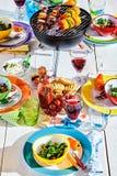 El pozo puso la tabla del verano con el plato y el brasero coloridos Fotografía de archivo libre de regalías