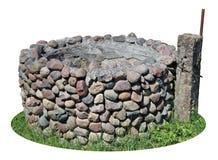 El pozo rural destruido viejo se hace de pequeño sto del adoquín del granito Fotos de archivo