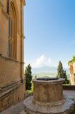 El pozo y la visión en el Pienza hermoso Foto de archivo