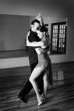 El practicar de dos bailarines del salón de baile
