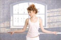 El practicar de la barra del bailarín que hace una pausa bonito Fotografía de archivo
