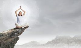 El practicar de la yoga Fotografía de archivo libre de regalías