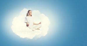 El practicar de la yoga Fotos de archivo libres de regalías