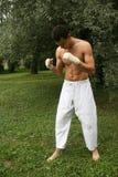 El practicar del hombre de la lucha al aire libre Fotografía de archivo libre de regalías