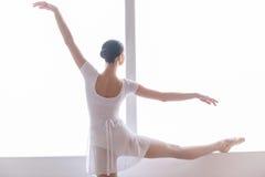 El practicar en estudio del ballet fotografía de archivo