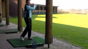 El practicar masculino del golfista metrajes