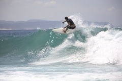 El practicar surf Imágenes de archivo libres de regalías