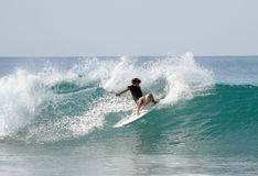 El practicar surf Fotos de archivo
