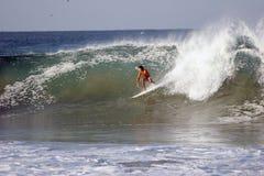 El practicar surf foto de archivo