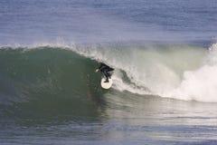 El practicar surf fotografía de archivo libre de regalías