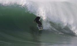 El practicar surf imagen de archivo libre de regalías