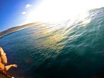 El practicar surf abajo de la línea Imagenes de archivo