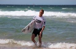 El practicar surf acabado Andino de Kolohe - playa de hombres Imágenes de archivo libres de regalías