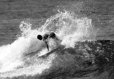 El practicar surf blanco y negro Imagenes de archivo