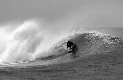 El practicar surf blanco y negro Foto de archivo