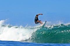 El practicar surf cambiante de Sean de la favorable persona que practica surf en Hawaii Foto de archivo