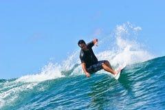 El practicar surf cambiante de Sean de la favorable persona que practica surf en Hawaii Fotografía de archivo