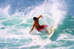El practicar surf cambiante de Sean de la persona que practica surf profesional en Hawaii Fotos de archivo libres de regalías