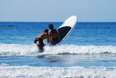 El practicar surf con los niños Imágenes de archivo libres de regalías