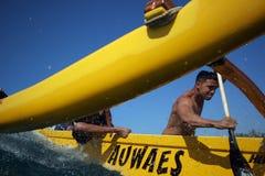 El practicar surf de la canoa Imagenes de archivo