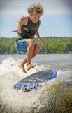 El practicar surf de la estela Fotos de archivo libres de regalías