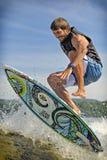 El practicar surf de la estela Fotos de archivo