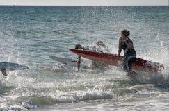 El practicar surf de la muchacha Fotografía de archivo