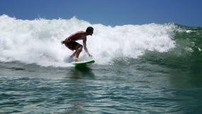El practicar surf de la persona que practica surf almacen de metraje de vídeo
