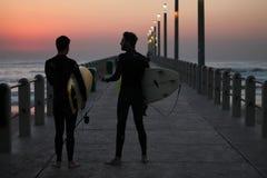 El practicar surf de la salida del sol Imagen de archivo libre de regalías