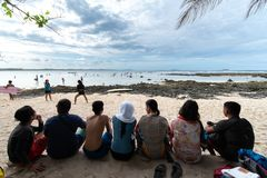 El practicar surf de observación de la gente en la nube 9, Siargao, Filipinas 27 de abril de 2019 imagenes de archivo